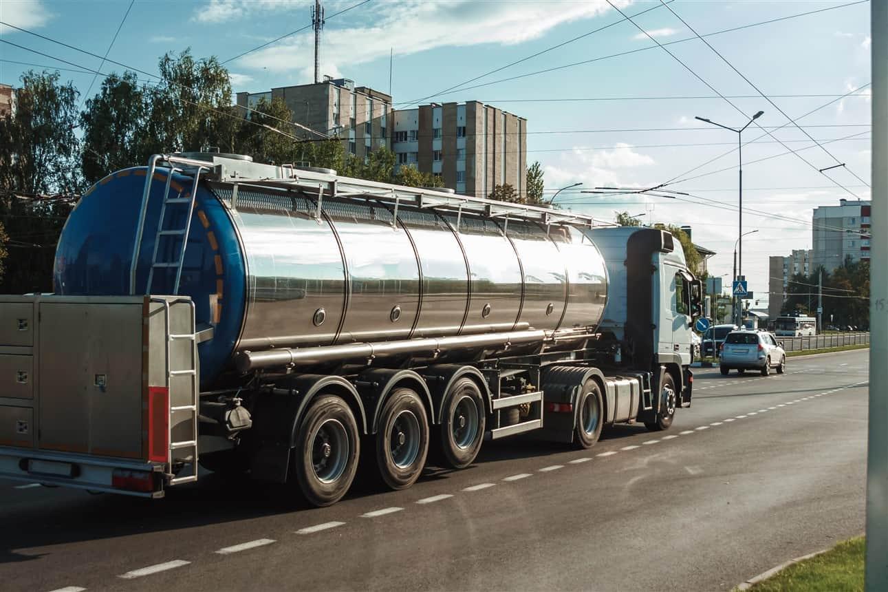 Birlik Lojistik Nakliyat Ltd. Şti. 1986 yılından bugüne kadar yurtiçinde kara tankerleri ile sıvı taşımasında sektör liderliğine  doğru  yol  almaktadır.
